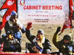 3-nei-pressi-del-campo-base-5364-mt-riunione-straordinaria-del-consiglio-dei-ministri-nepales